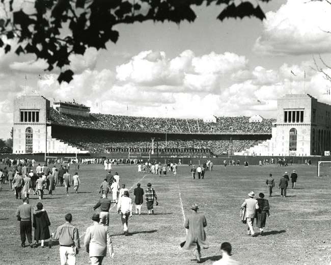 A picture of the people entering the horseshoe from the 1950s